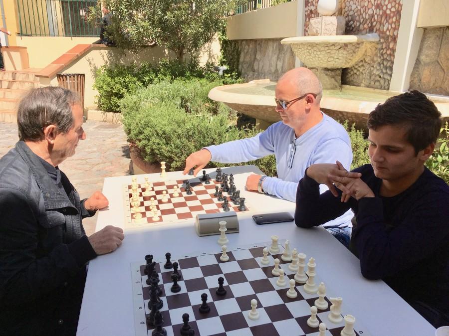 Une partie d'échec au soleil grâce au club d'échecs
