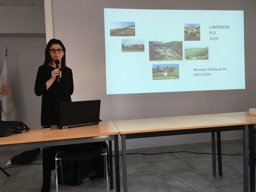 Sandrine Barralis anime la réunion et le débat