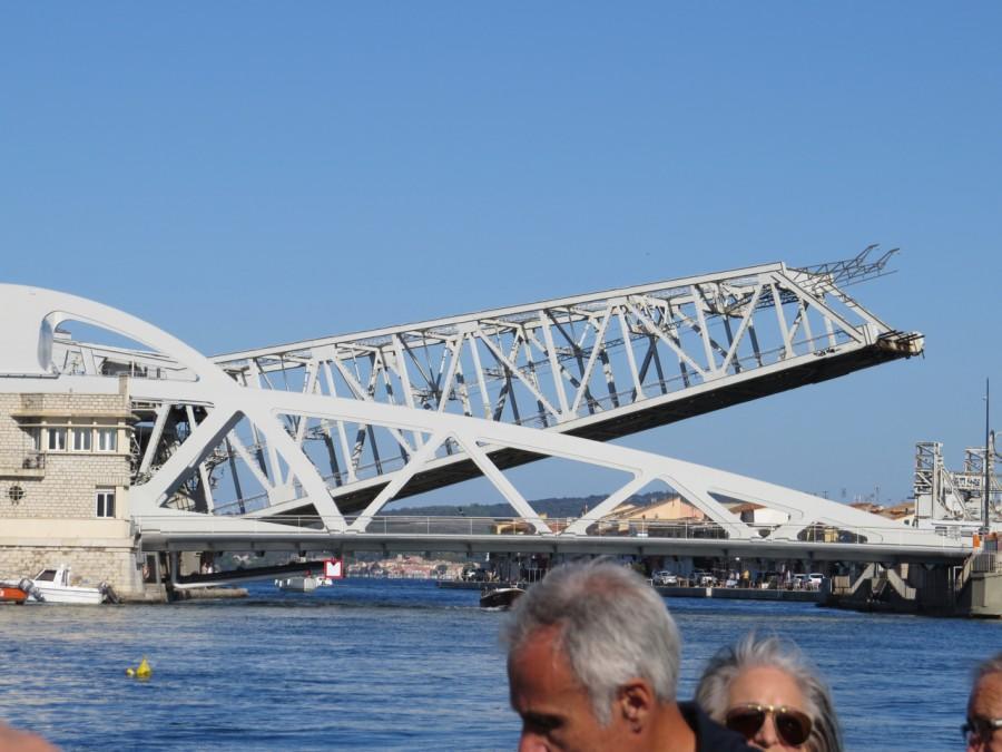 Un pont en cours de levage à Sète