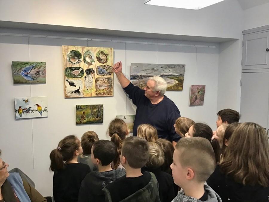James Charriault présente ses tableaux aux élèves de l'école