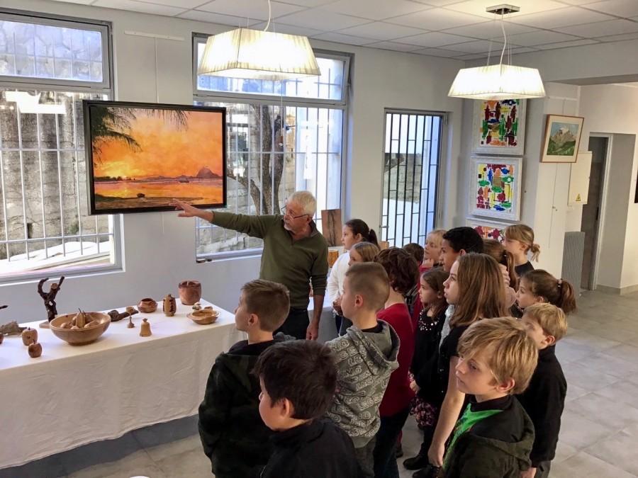 Gérard Stoerkel présente ses tableaux aux éléves de l'école