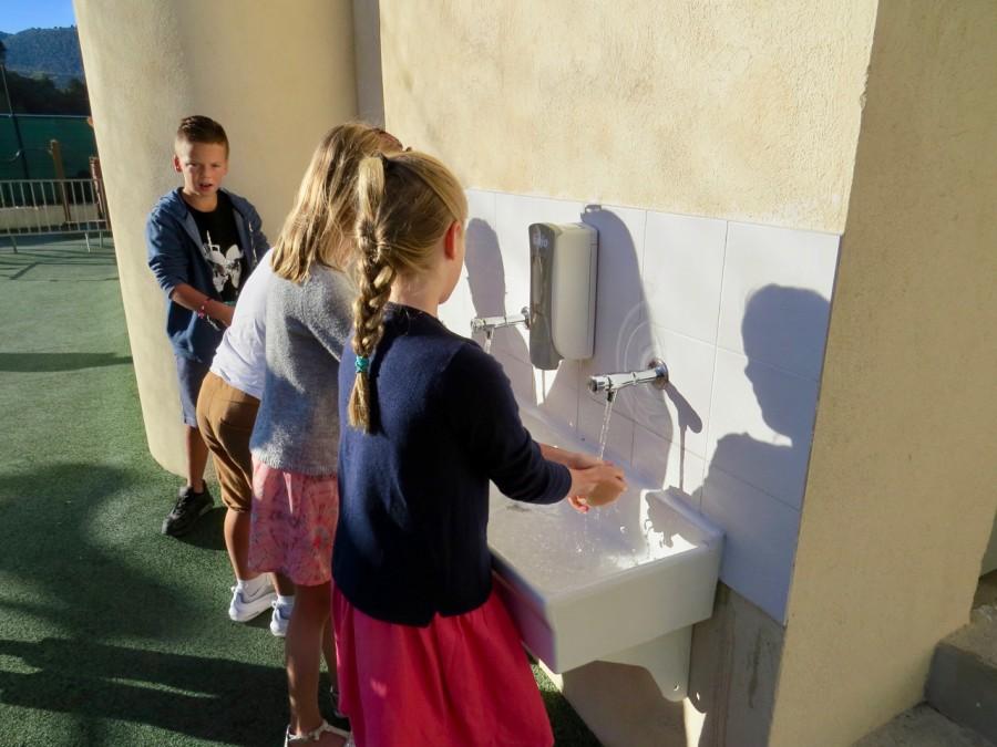 On se lave bien les mains avant d'entrer en classe !