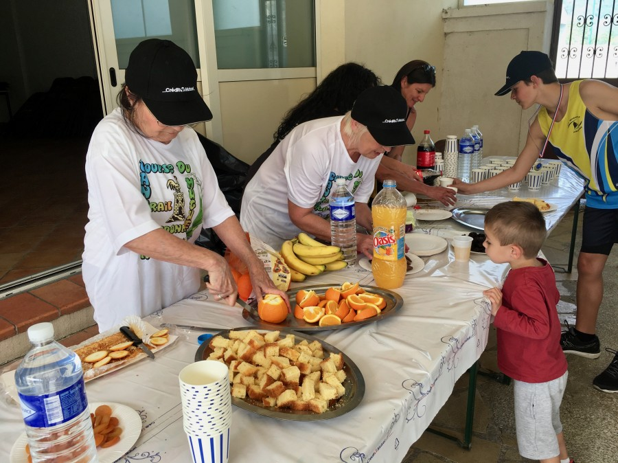 Les bénévoles préparent de quoi alimenter les coureurs à leur arrivée